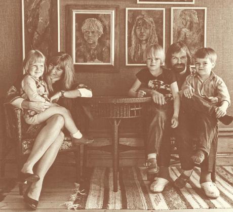 Familjen Formgren samlade i ateljén på Dunderbergsgården i Ockelbo i början av 70-talet..