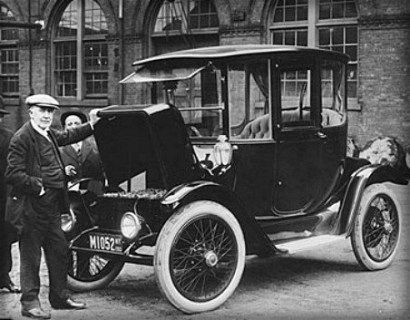 Victorian Era Electric Cars: Charging Station, 1919. Image: Library of Congress
